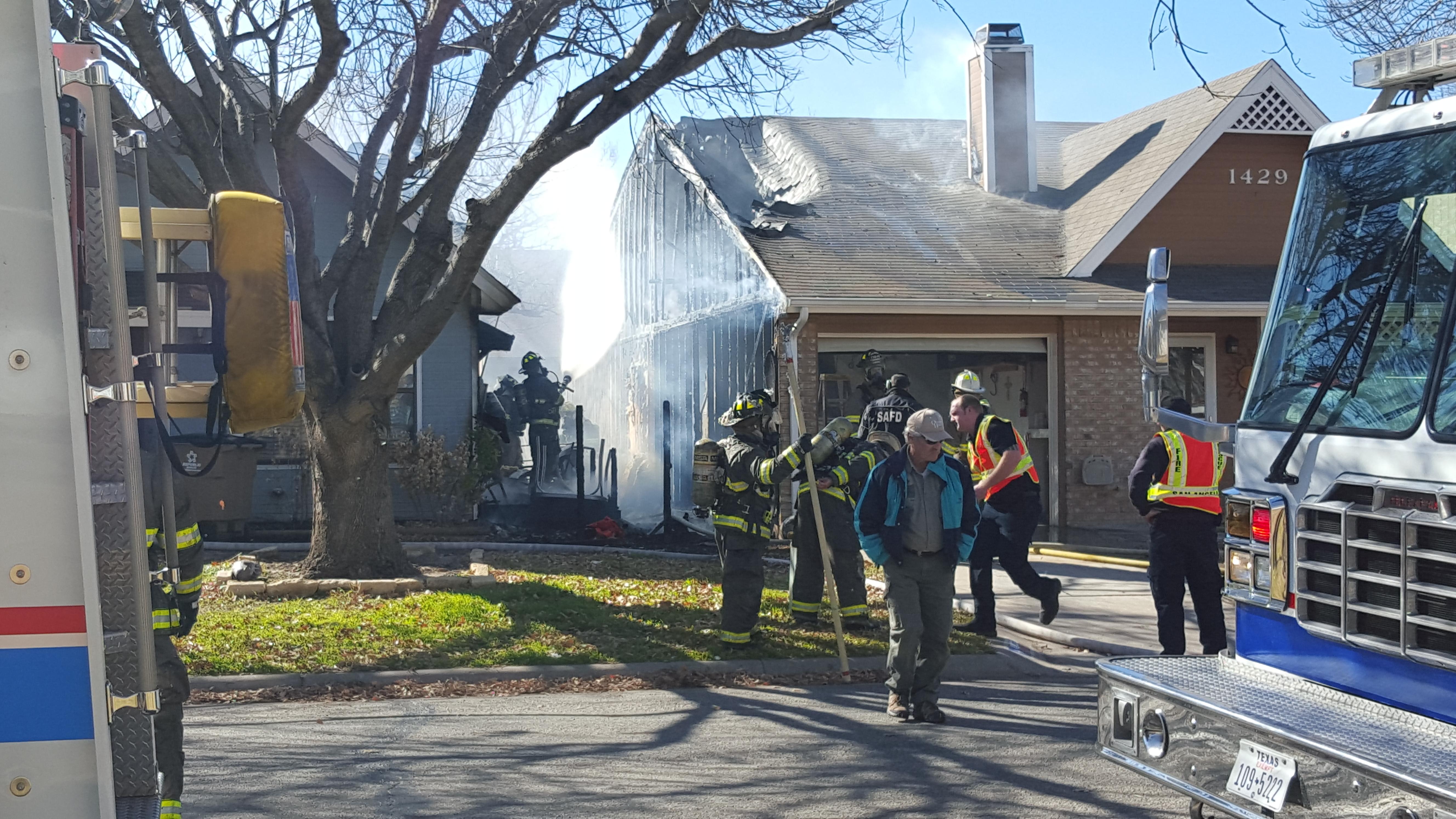 Fire on Lindell (LIVE! Photo/Simone Brooks)